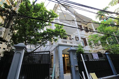 Renovated house with fully furnished & large courtyard in Tay Ho for rent